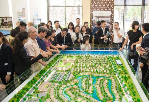 Nhà đầu tư phía Bắc xem sa bàn dự án đô thị sinh thái thông minh Aqua City tại trung tâm bất động sản Novaland Hà Nội mới khai trương.