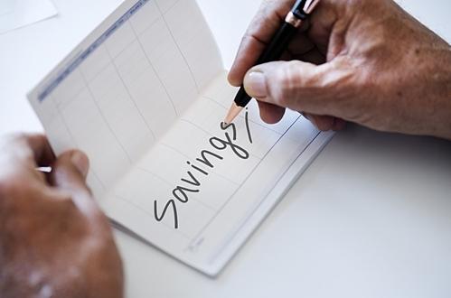 Tiết kiệm tự động là cách đơn giản để bớt khó nhọc khi phải giảm chi tiêu. Ảnh: PxHere