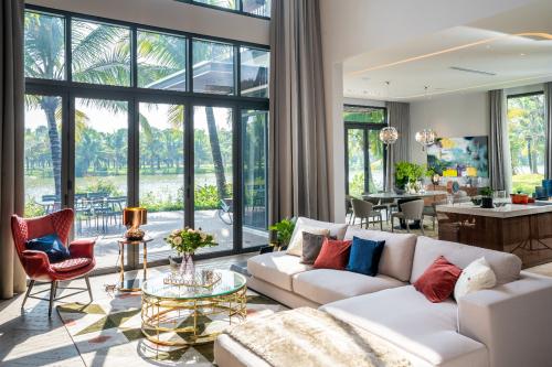 Biệt thự đảo Ecopark Grand – The Island sở hữu ngôn ngữ thiết kế tối giản với đường nét gọn gàng, sắc sảo, hạn chế tối đa những khối bê tông công nghiệp mà tận dụng tường kính lớn trong suốt, bao trọn toàn bộ cảnh quan xanh mát, êm dịu ngoài khung cửa.