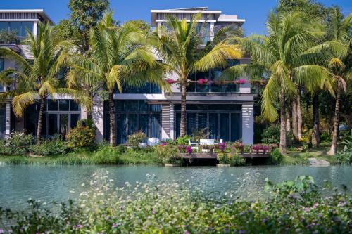 Là biệt thự trên đảo nên Ecopark Grand-The Island sở hữu điểm nhấn mặt nước rất đẳng cấp. Trong một không gian rộng lớn 60,4ha, mặt nước tại đây chiếm tới gần 50% diện tích. 100% các căn biệt thự đều sở hữu lầu vọng thủy và khu vườn tràn ngập sắc hoa nhiệt đới vươn ra sát mặt hồ.