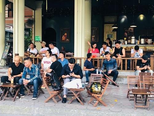 Khách khứa ngồi đông đúc tại một quán cà phê trên đường Hoàng Cầu, Hà Nội. Ảnh: Quỳnh Trang.