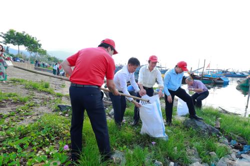 Sau nghi thức phát động đơn giản, các đại biểu trực tiếp tham gia dọn rác tại âu thuyền Thọ Quang, Đà Nẵng, trên bãi biển thuộc quận Sơn Trà, thành phố Đà Nẵng.  Vietjet hưởng ứng chiến dịch làm sạch biển 880434276 w500 1768 1569903674