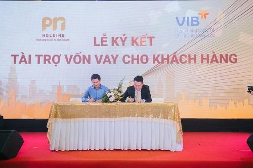 Ông Nguyễn Phúc Nam (phải), Chủ tịch kiêm Tổng giám đốc PNR Holding ký kết hợp tác với đại diện Ngân hàng TMCP Quốc tế (VIB).