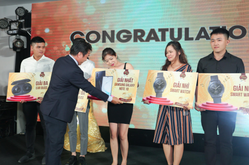 Đại diện thương hiệu Fanny trao giải cuộc thi ảnh online Gửi ảnh xinh - Rinh quà chất.
