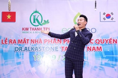 Ca sỹ Nguyễn Phi Hùng biểu diễn tại ngày ra mắt.