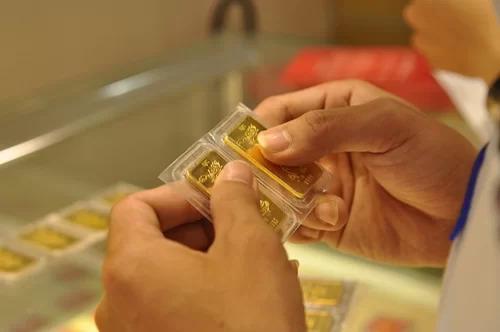 Giao dịch vàng tại một doanh nghiệp ởHà Nội. Ảnh: AQ.