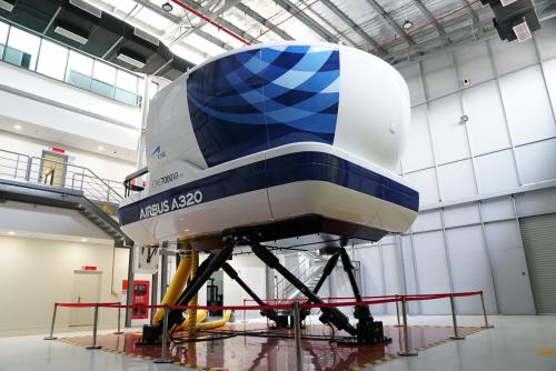 Đoàn khách mời còn ghé thăm buồng lái mô phỏng SIM hiện đại theo tiêu chuẩn châu Âu EASA đang được Vietjet cùng Airbus vận hành.