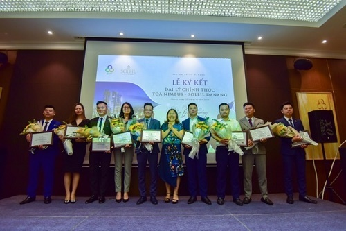 Bà Nguyễn Thị Minh Phượng - Phó Tổng Giám đốc PPC An Thịnh tặng hoa và Giấy chứng nhận cho 9 đơn vị phân phối.