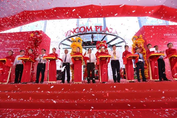 Lãnh đạo Thành phố Cao Lãnh và đại diện Tập đoàn Vingroup cắt băng khai trương Vincom Plaza Cao Lãnh -