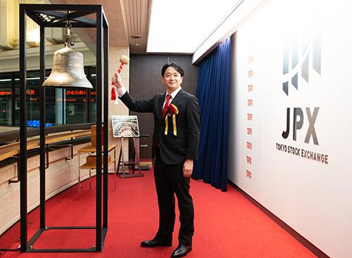 Ông Masaki Yamamoto - CEO/CTO công ty Chatwork đánh chuông IPO sáng 24/9 ở sàn giao dịch chứng khoán Tokyo