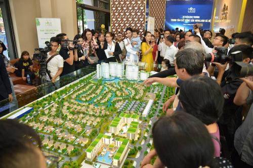 Nhà đầu tư tại Hà Nội nghe giới thiệu về dự án Novaworld Ho Tram tại trung tâm bất động sản Novaland Hà Nội.