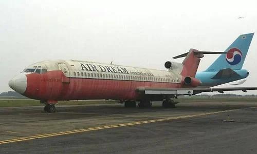 Máy bay Boeing 727 của hãng hàng không Campuchia bị bỏ lại sân bay Nội Bài. Ảnh: Đoàn Loan
