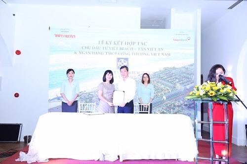Bà Đặng Thị Bích Triêm – Phó Giám đốc Vietinbank Phú Yên (trái) và ông Trần Duy Hùng – Phó Tổng Giám đốc Tân Việt An (phải) ký kết hợp tác