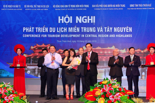 Đại diện khu du lịch nghỉ dưỡng phức hợp AE Cửa Tùng Resort nhận quyết định đầu tư từ UBND tỉnh Quảng Trị.