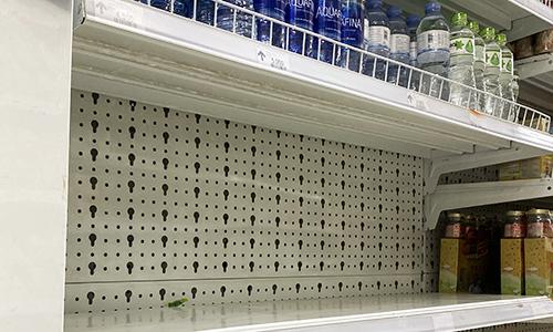 Kệ hàng chai nước loại 1,5 lít và 5 lít trong siêu thị trong một chung cư ở Linh Đàm trống trơn sáng 16/10. Ảnh: Anh Tú  Khan hiếm, loạn giá nước đóng chai tại Hà Nội 123 7009 1571198865