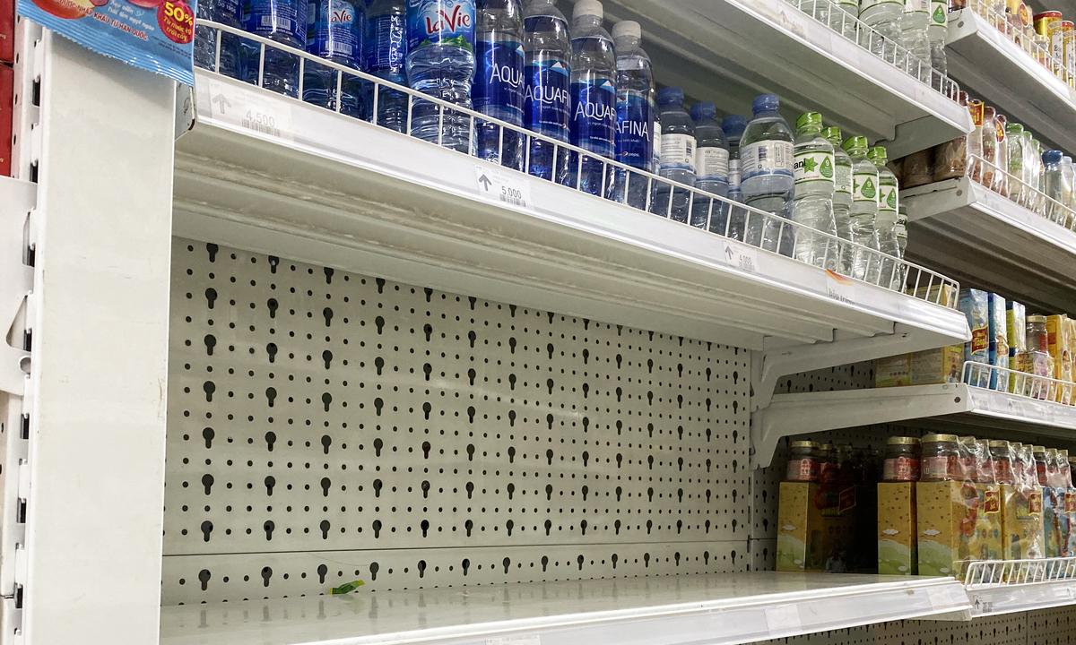 Khan hiếm, loạn giá nước đóng chai tại Hà Nội - Kinh Doanh