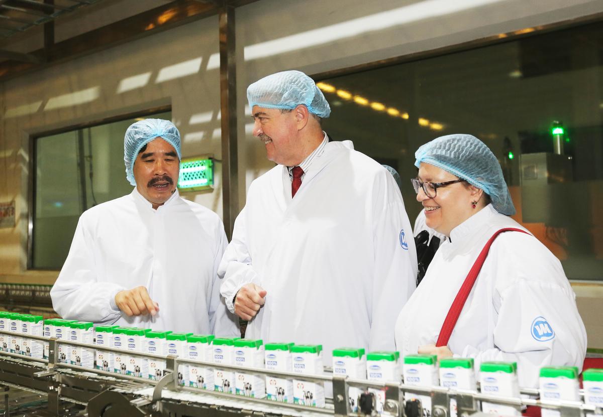 Thứ trưởng Nông nghiệp Mỹ thăm siêu nhà máy sữa Vinamilk - Kinh Doanh