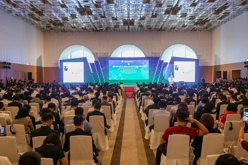 Ông Ralf Dietl - Giám đốc Sáng tạo của AS+P Thượng Hải đang trình bày về mô hình đề án phát triển trung tâm tài chính Thượng Hải,