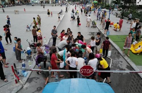 Người dân tại một chung cư ở Hà Nội phải xếp hàng lấy nước sạch. Ảnh: Ngọc Thành