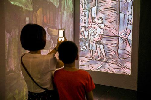 Triển lãm thu hút nhiều bạn trẻ.