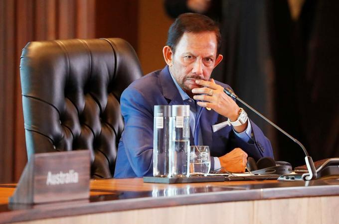 2. Quốc vương Brunei - Hassanal Bolkiah  Tài sản: 20 tỷ USD Tài sản của Quốc vương Brunei chủ yếu đến từ ngành dầu mỏ và khí gas. Quốc vương Brunei sống trong lâu đài lớn nhất thế giới, với chi phí xây dựng hơn 350 triệu USD. Ông được cho là sở hữu hơn 600 chiếc Rolls-Royce. (Ảnh: Reuters)