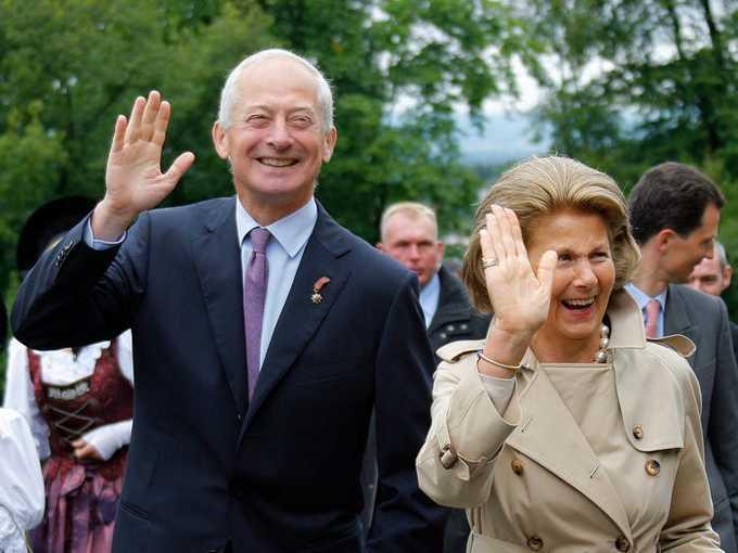 7. Hoàng thân Liechtenstein - Hans-Adam II  Tài sản: 3,5 tỷ USD Tài sản của ông chủ yếu đến từ ngân hàng LGT Group, cũng như các khoản đầu tư được thực hiện thông qua quỹ Prince of Liechtenstein Foundation - sở hữu nhiều bất động sản, rừng rậm và nhà máy rượu. (Ảnh: AP)