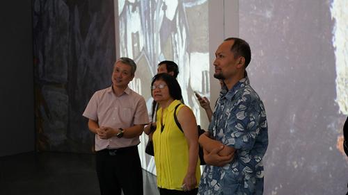 Bà Đặng Thị Khuê (người tổ chức triển lãm đầu tiên cho Danh hoạ Bùi Xuân Phái vào năm 1984) xúc động khi xem triển lãm đa phương tiện Bùi Xuân Phái với Hà Nội.