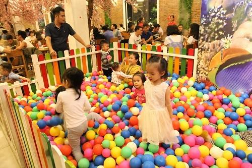 Quán có khu vui chơi dành cho trẻ em.  Chuỗi nhà hàng lẩu và buffet hải sản giá bình dân ở Hà Nội image004 7884 1572260067