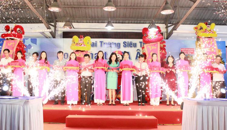 Đại diện Saigon Co.op cắt băng khánh thành tại lễ khai trương Co.opmart SCA Âu Cơ ở 856 Âu Cơ, phường 13, quận Tân Bình, TP HCM.