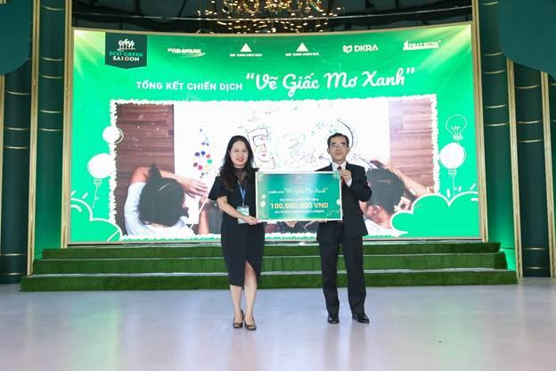 Đại diện chủ đầu tư (bên phải) gửi tài trợ 100 triệu đồng cho trung tâm Save Vietnams Wildlife.