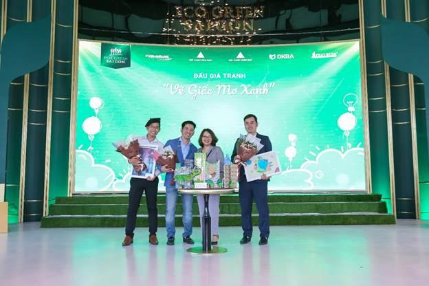 Đại diện Chủ đầu tư trao hoa cho khách hàng tham gia đấu giá tác phẩm Vẽ giấc mơ xanh.