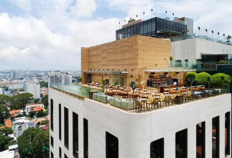 Ngay cạnh hồ bơi vô cực là quầy bar tầng thượng, nơi khách hàng có thể thưởng thức thực đơn nước uống phong phú cùng với màn trình diễn ấn tượng của các DJ hàng đêm.