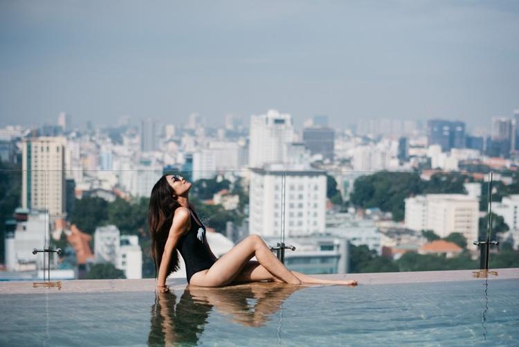 Bạn sẽ đắm mình trong làn nước trong xanh của bể bơi vô cựctọa lạc trên tầng 24. Hồ bơi với tầm nhìn không giới hạn, bao quát toàn cảnh thành phố được xem là nơi để ngắm hoàng hôn đeptại Sài Gòn. Dịch vụ hồ bơi chỉ dành riêng cho khách có lưu trú tại khách sạn. Đối với khách vãng lai khách sạn có ưu đãi gói dịch vụ thư giãn giờ chiều, kết hợp dịch vụ hồ bơi và nhiều dịch vụ khác với giá ưu đãi.