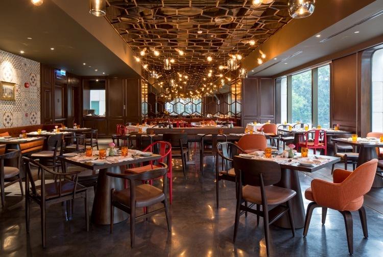 Trải nghiệm tiệc trưa tự chọn phong phú tại nhà hàng Saigon Kitchen, tầng 2 của Hôtel des Arts Saigon. Tiệc trưa tự chọn có đến hơn 60 món từ ẩm thực truyền thống Việt Nam đến ẩm thực các nước Á Âu khác.