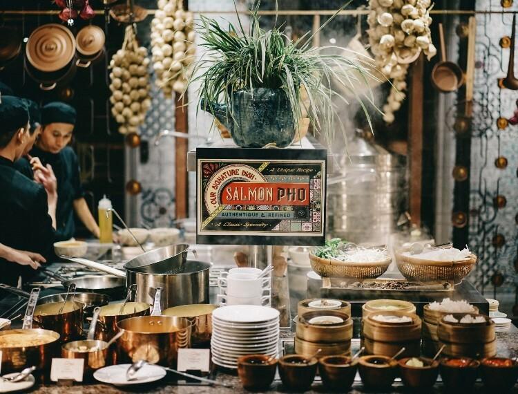 Phở cá hồi là món đặc trưng của nhà hàng và cũng là món ăn được yêu thích nhất của nhiềuthực khách thưởng thức ẩm thực tại khách sạn.