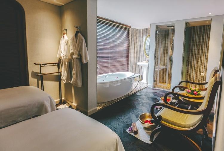 Mỗi phòng spa đều thiết kế như một phòng tranh thu nhỏ với nội thất hài hòa, không gian tĩnh lặng. Le Spa des Artistes mang đến các liệu trình chăm sóc da và cơ thể, dịch vụ chăm sóc tay và chân.