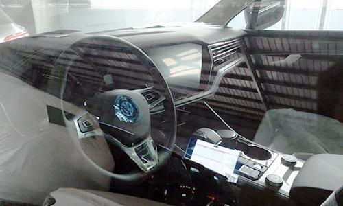 Bên trong chiếc xe Touareg có GPS cài ứng dụng dẫn đường dùng bản đồ đường lưỡi bò. Ảnh: TCHQ.