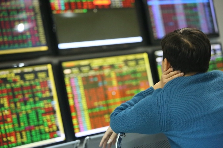 Thị trường biến động bất lợi là lý do nhiều công ty chứng khoán top đầu giải thích kết quả kinh doanh sụt giảm. Ảnh: Dũng Minh
