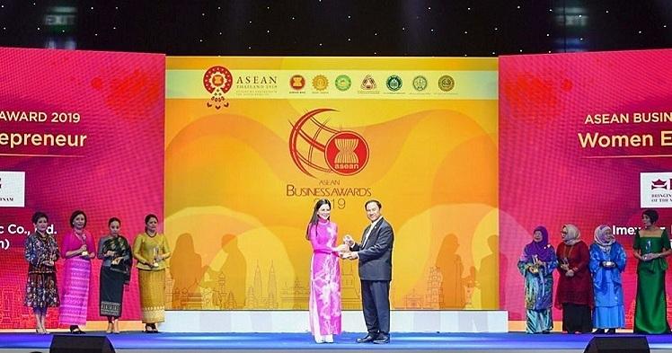 CEO IPPG nhận cúp Nữ doanh nhân ASEAN - ảnh 1