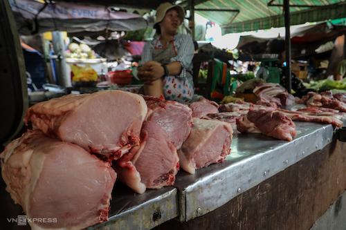 Tiểu thương bán thịt lợn tại chợ Vĩnh Hội (TP HCM). Ảnh: Thành Nguyễn