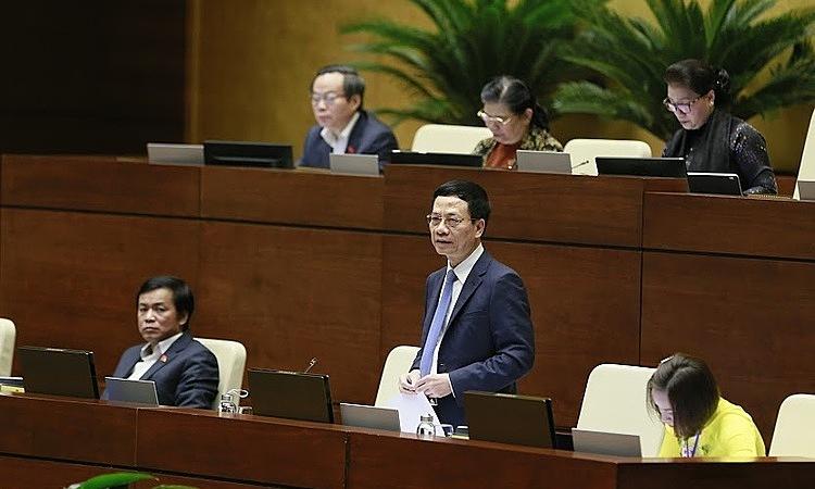 Bộ trưởng Thông tin & Truyền thông Nguyễn Mạnh Hùng trong lần đầu đăng đàn trả lời chất vấn Quốc hội ngày 8/11. Ảnh: Ngọc Thắng.