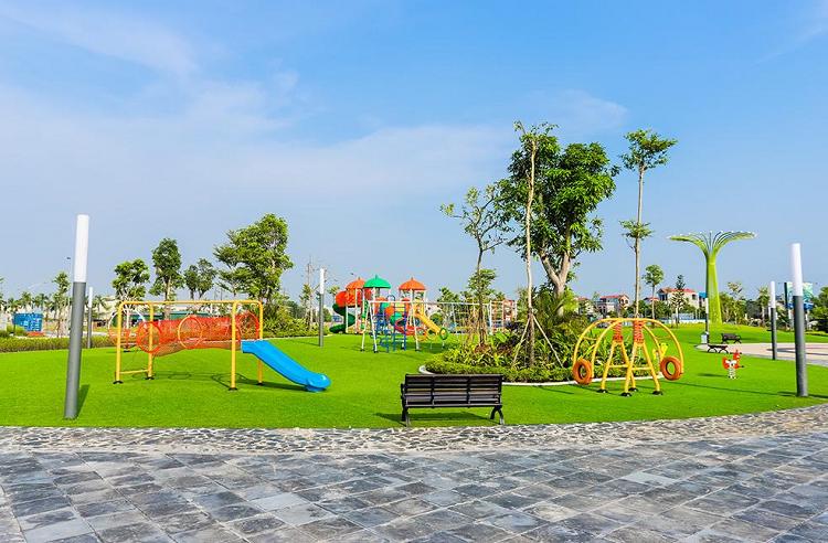 Không gian vui chơi xanh và an toàn cho trẻ nhỏ tại dự án.
