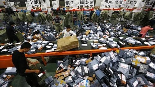 Bên trong một trung tâm phân loại hàng hóa tại Trung Quốc. Ảnh: FT