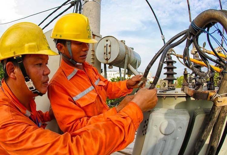 Công nhân Điện lực Hà Nội bảo trì hệ thống máy phát điện.Ảnh: PV