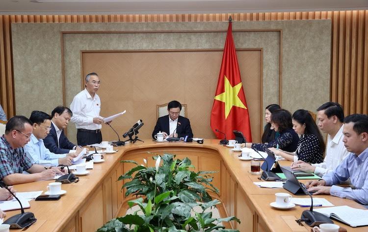 Ông Phùng Đức Tiến - Thứ trưởng Nông nghiệp & Phát triển nông thôn báo cáo tình hình cung cầu thịt lợn, tại cuộc họp chiều tối 18/11. Ảnh: Chung Thành