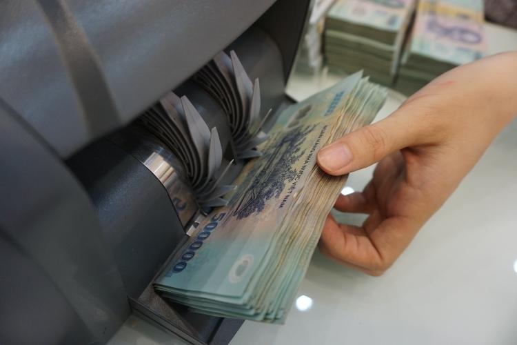 Giao dịch tiền mặt tại quầy một ngân hàng thương mại. Ảnh: Anh Tú