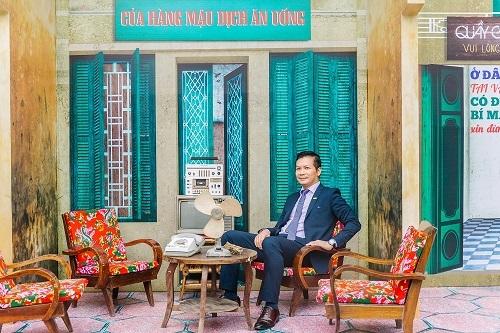 Ông Phạm Thanh Hưng, Phó chủ tịch HĐQT CenGroup, tại khu vực tái hiện Hà Nội những năm 1980.