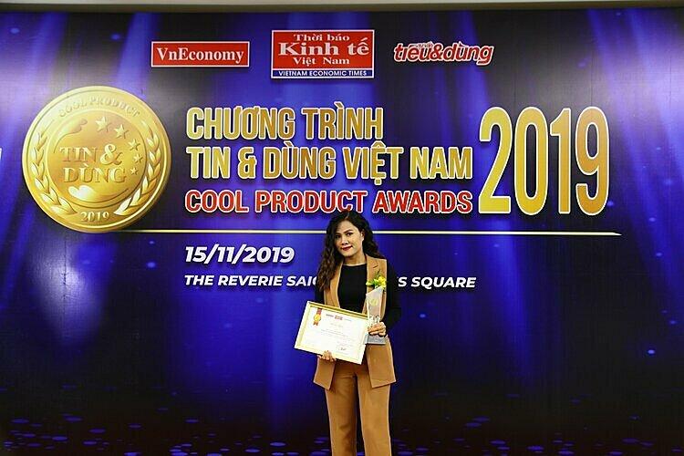 Bà Lê Lãm - Giám đốc Marketing Công ty Cổ phần Dầu Cá Châu Á đại diện nhận giải thưởng.