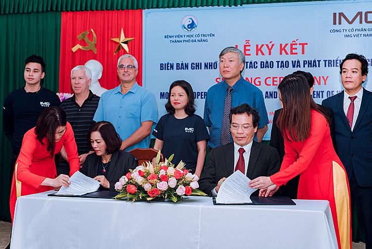 Lễ ký kết hợp tác giữa đại diện IMG và Bệnh viện Y học cổ truyền Đà Nẵng.