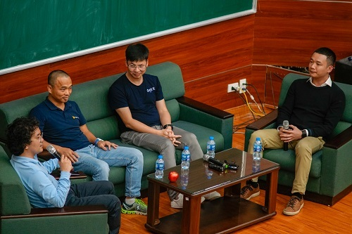 Hình ảnh trao đổi tại sự kiện tối 19/11 tại Bách khoa Hà Nội. Ảnh: Magestore.